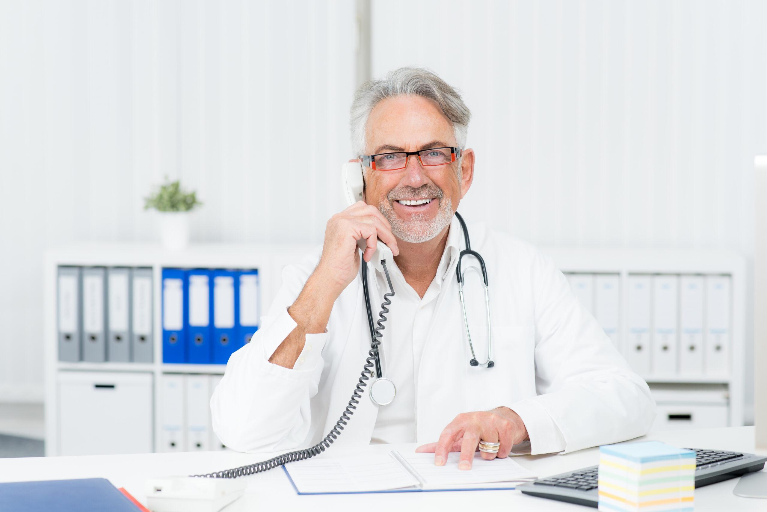 En læge tager imod et opkald