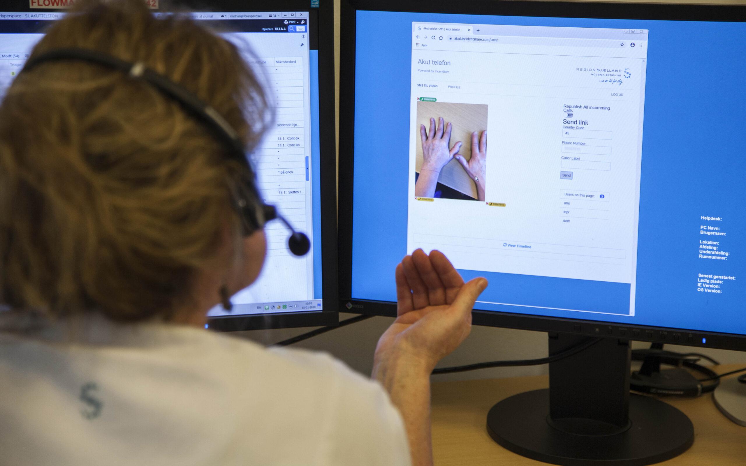 En medarbejder bruger SMS til video til at se en tilskadekommendes hænder