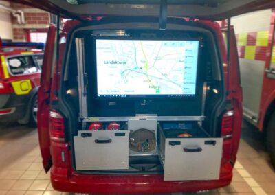 En åben beredskabsvogn set bagfra med digital skærm i