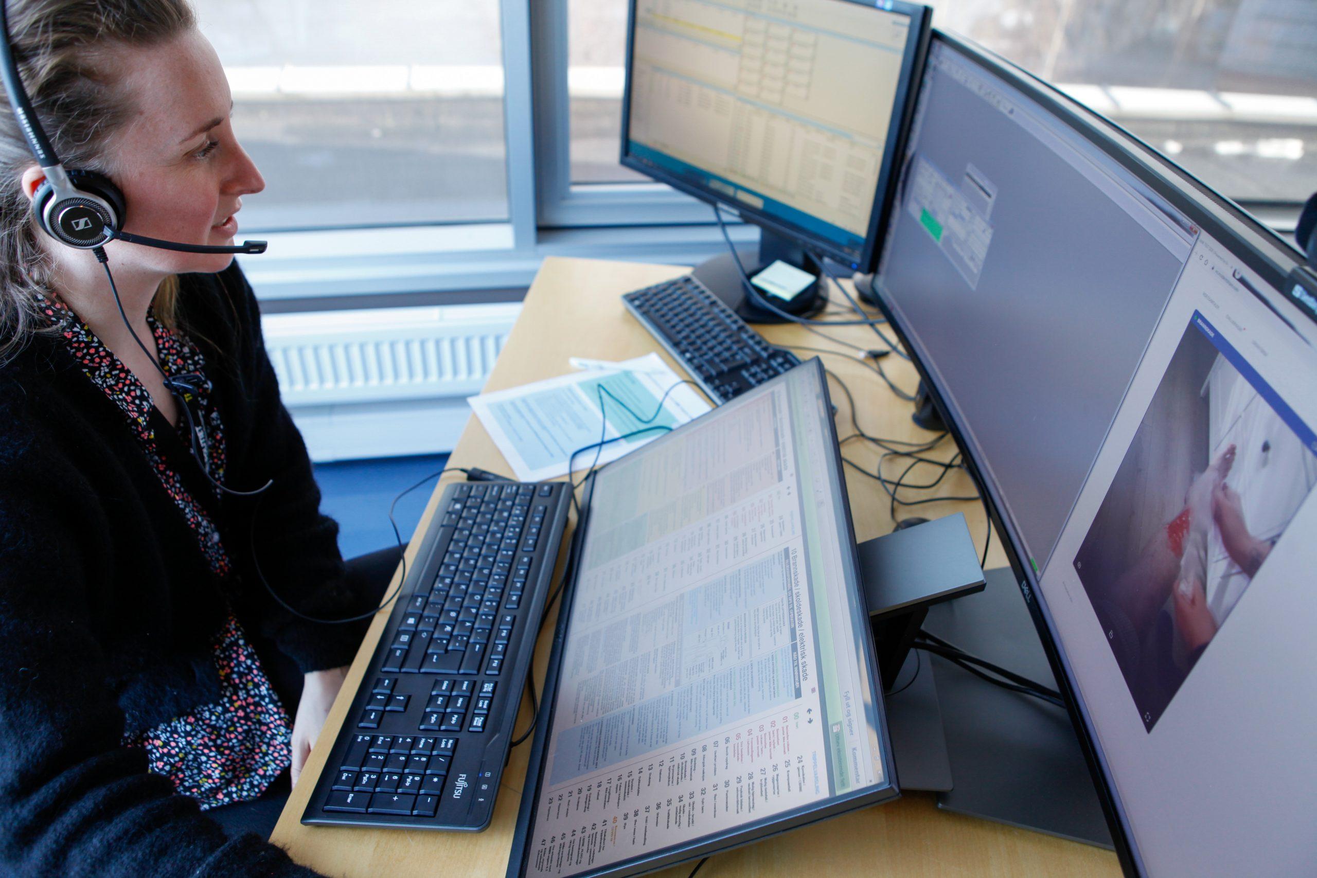 kvindelig sundhedsvisitator ser på computerskærme
