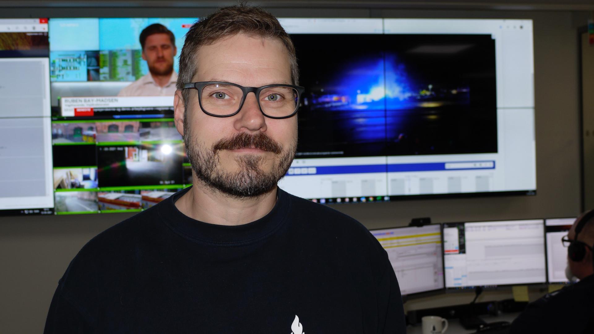 Mand står foran skærmvæg
