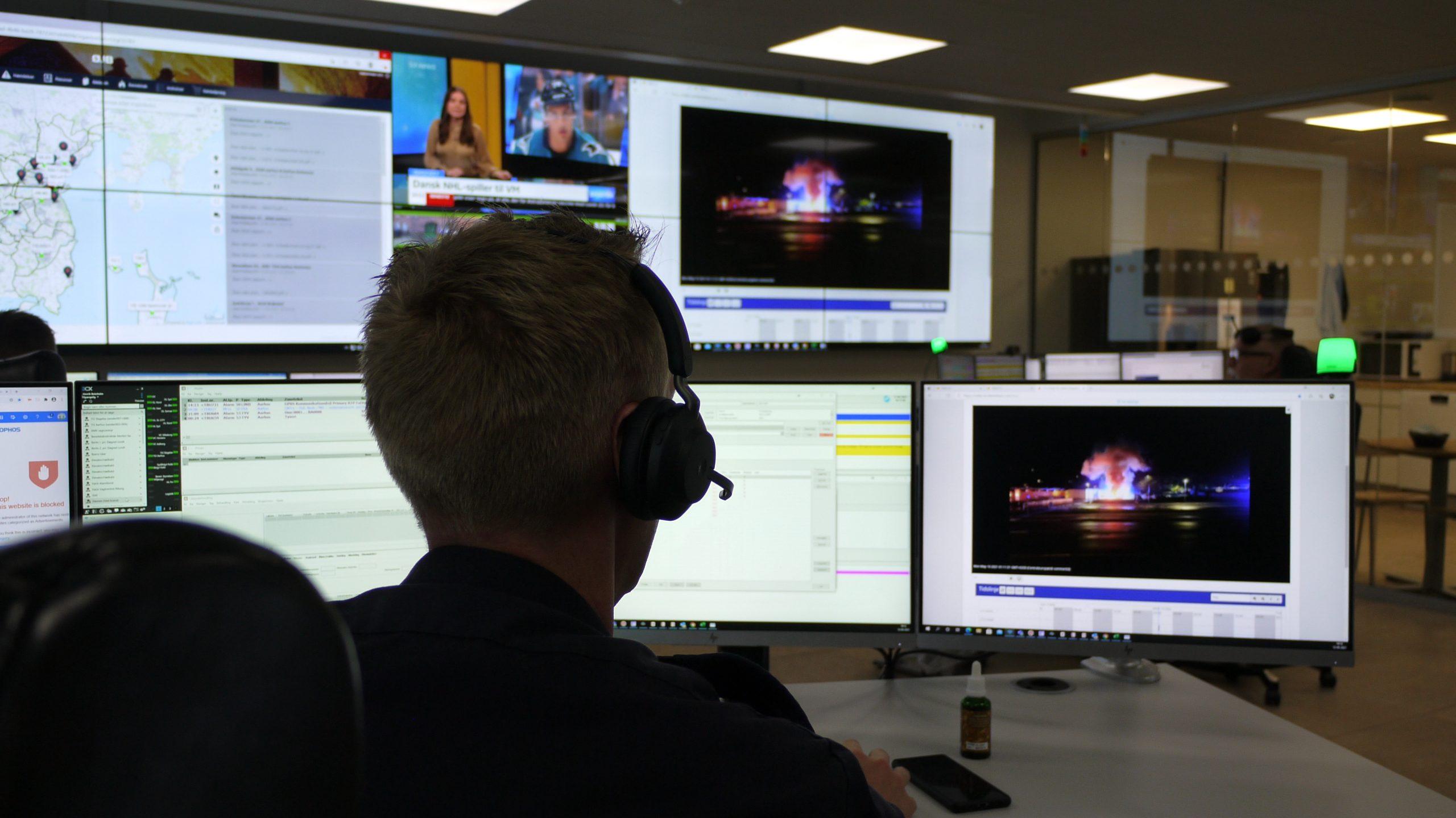 vagtcentral operatør ser på skærme